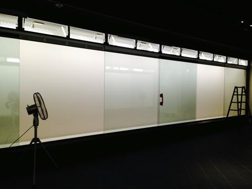 1F展示室ケースガラス開放時.jpg